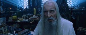 Sir Christopher Lee nei panni di Saruman nella saga del Signore degli anelli di J.R.R. Tolkien