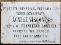 lapide che ricorda l'esecuzione di Agnese nel giardino del palazzo dei Gonzaga a Mantova