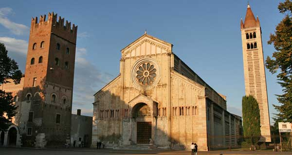 Basilica di San Zeno: la prima fondazione fu in forma di sacello per proteggere la tomba del Vescovo di Verona sotto Teodorico; distrutta dal terremoto del 1117 fu riedificata come Basilica tra il 1120 ed il 1138.