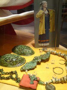"""Tipico corredo femminile di epoca vichinga con le grandi spille utilizzate per sostenere il """"grembiule"""" (Museo di Gamla Uppsala, Svezia)"""