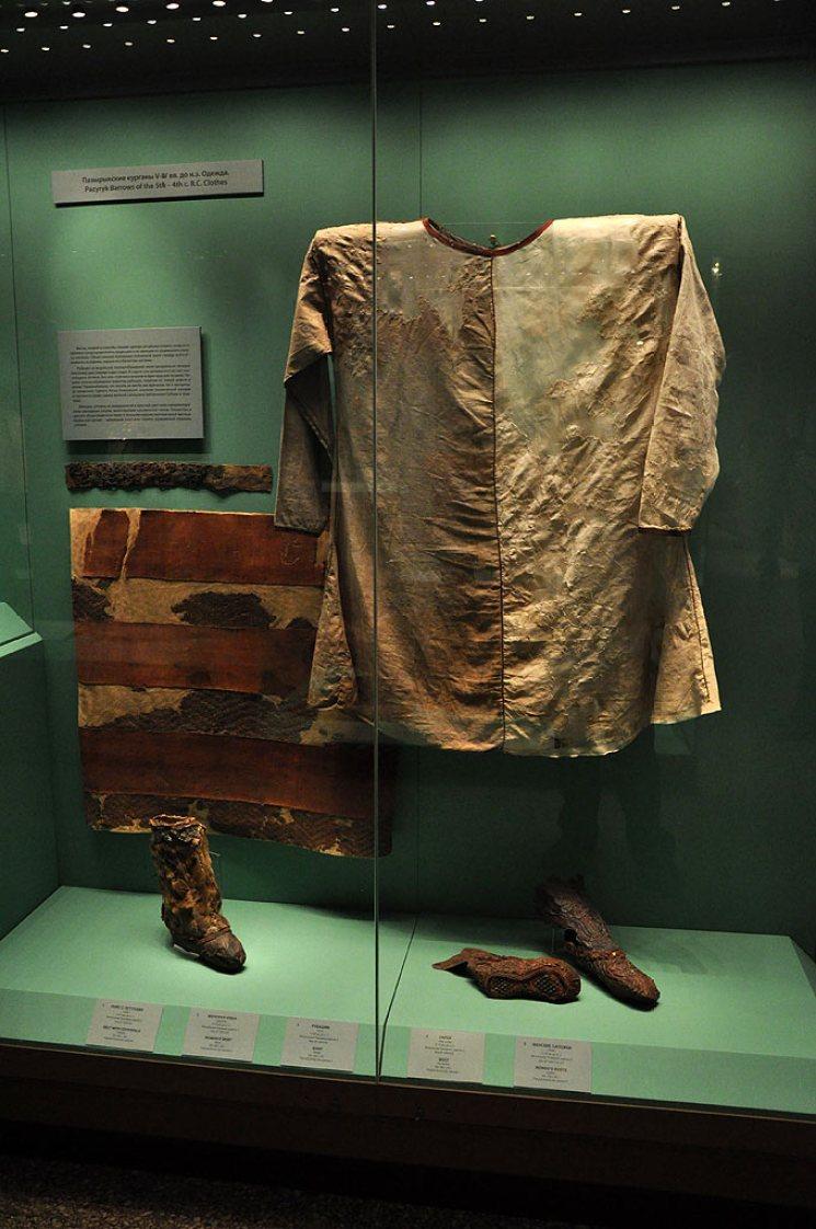 Museo dell'Hermitage, San Pietroburgo<br/> Tunica maschile in canapa e stivali decorati in feltro dal kurgan 2 Foto di Roman Maisej