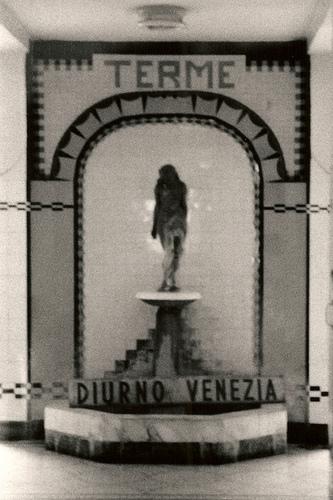 La statua di Igea (Bagno Diurno Metropolitano di Piazza Oberdan a Milano)