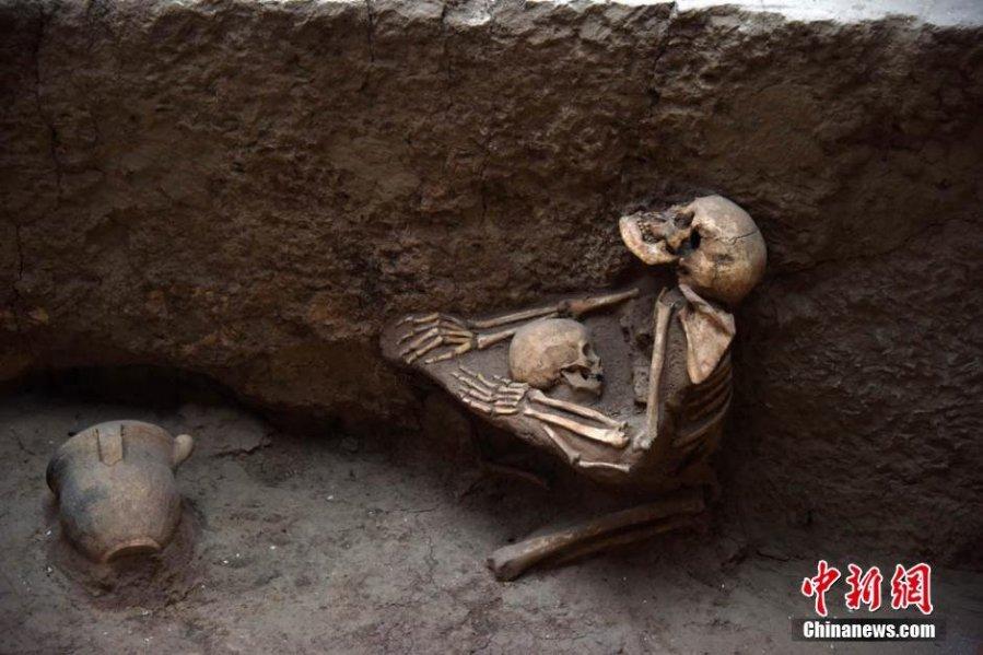 Lo scheletro della madre che abbraccia il figlio. Le immagini rese note la scorsa settimana hanno commosso la Cina