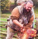 Jeppe Nordmann Garly insegna tra le altre cose agli studenti a forgiare spade e coltelli vichinghi. (Foto: SELJORD FOLKEHØGSKULE)