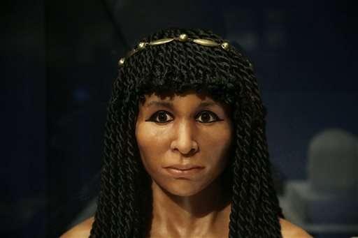Il volto ricostruito di una mummia egiziana conosciuta come Gilded Lady.(AP Photo / Jae C. Hong)