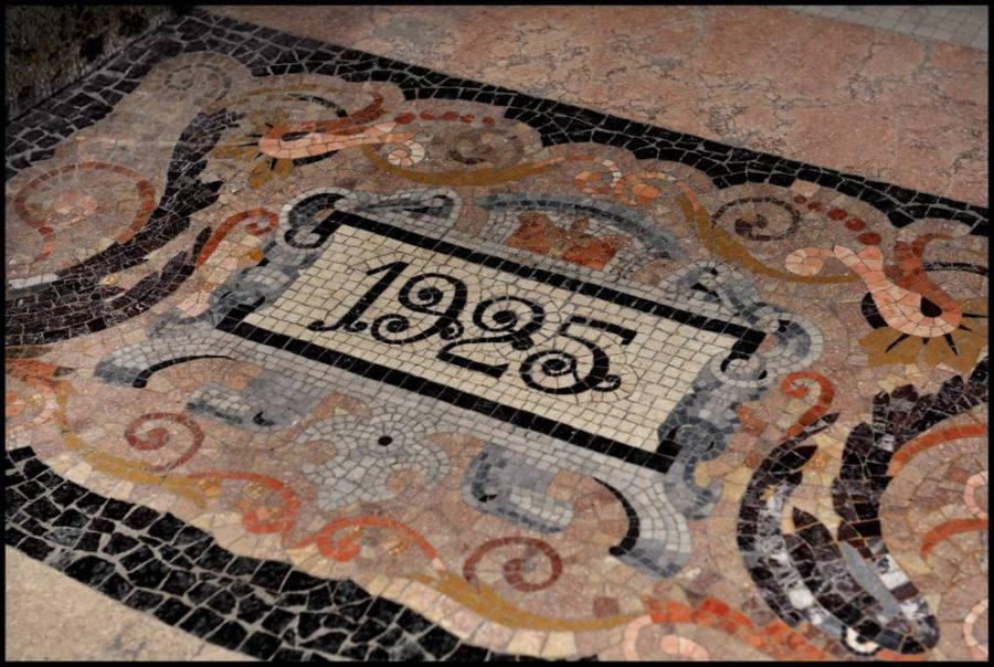 Il mosaico con la data di inaugurazione (Foto: FAI)
