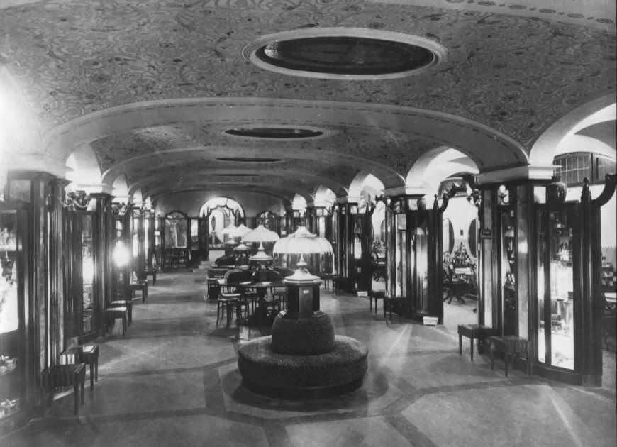Il salone centrale com'era: soffitto con affreschi e divanetti rotondi per l'attesa. (Foto: FAI)