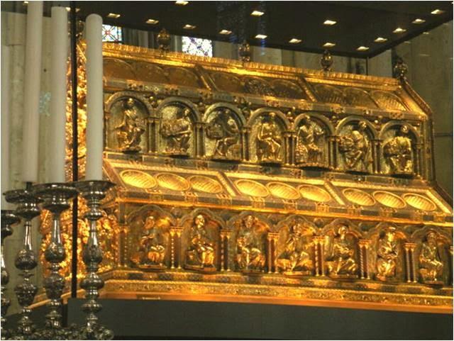 Il preziosissimo reliquiario dei Magi nel Duomo di Colonia, in oro e argento con ben 226 gemme (XII-XIII secolo)