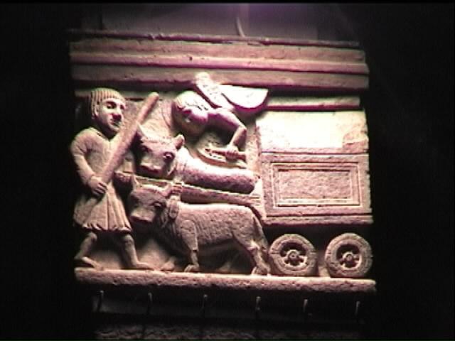 Il capitello all'interno della basilica di Sant'Eustorgio con la raffigurazione del viaggio dell'arca.