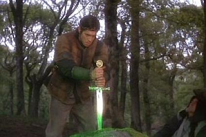 """Artù estrae la Excalibur dalla roccia. Scena dalla splendida pellicola """"Excalibur"""" di John Boorman."""
