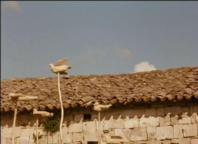 """Le pertiche con le """"colombe"""" innalzate dalpadre di Margherita """"per tutti coloro che non sono più qui"""""""