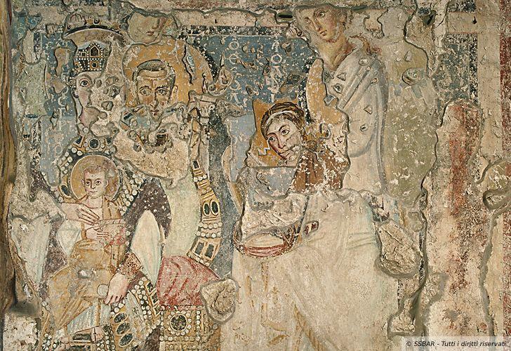 Particolare della parete del palinsesto, con strati di pittura sovrapposti che vanno dalla metà del VI sec. all'inizio dell'VIII sec. La Madonna in Trono è il frammento di pittura più antico di tutta la chiesa. La ricchezza dei dettagli ed i contorni netti richiamano i mosaici di Ravenna, risalenti allo stesso periodo del dipinto (Foto: http://archeoroma.beniculturali.it/)
