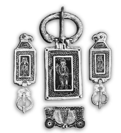 Grande fibbia da cintura con Agilulfo in trono e coppia di fibbie con ritratto di Teodolinda (Foto: The Lombard treasure from royal tombs, London, 1932)