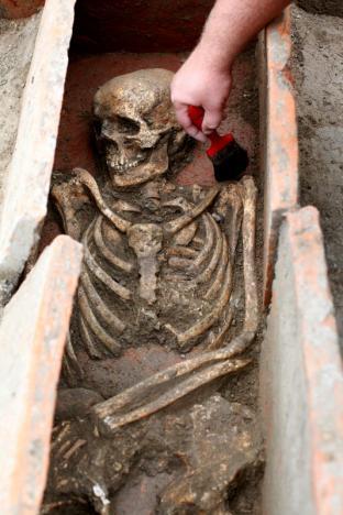 Pulizia di uno scheletro nel sito di Viminacium, circa 100 km a est di Belgrado. 8 agosto 2016. (Foto:. REUTERS/Djordje Kojadinovic)