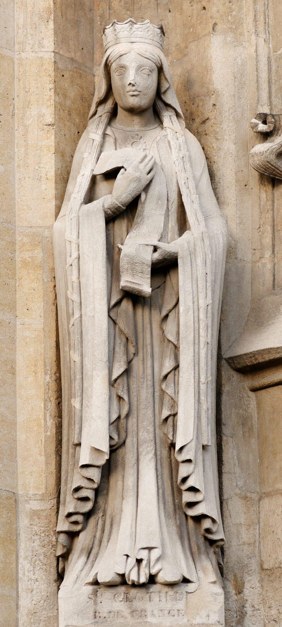 Statua di Santa Clotilde sulla facciata della Chiesa di Saint Germain l'Auxerrois, Parigi