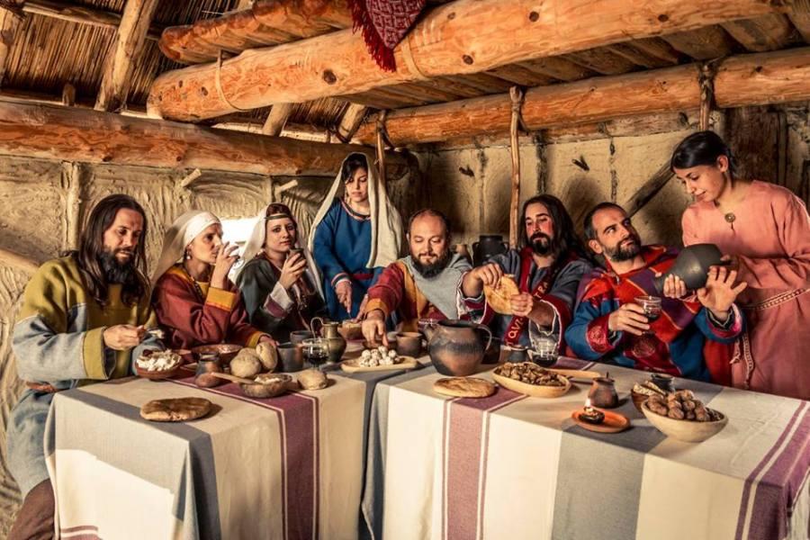 Il gruppo Presenze Longobarde nella sua ricostruzione di un banchetto aristocratico longobardo, con la partecipazione di alcuni ospiti del gruppo Bandum Freae (Foto: Camillo Balossini)