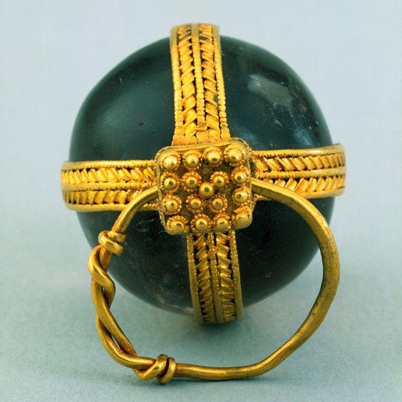 Pendente sferico in quarzo fumè montato in oro