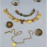 due fibule in oro cloisonnè, collana con vaghi di vetro, collana monetale d'oro e pendente cloisonnè, catena con pendente in oro, orecchini cloisonnè oro e granati