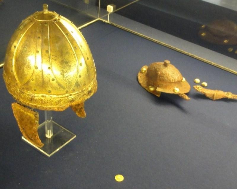 """Lo spangenhelm dorato di Krefeld-Gellep. Un'iscrizione ci rivela il nome del proprietario """"Arpvar"""", circa 500. (Foto: Museumszentrum Burg Linn)"""