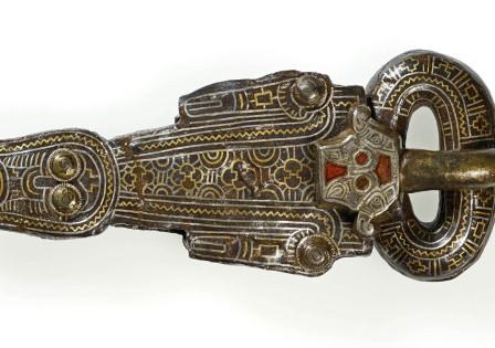 """Fibbia in ferro ageminato dalla tomba del cosiddetto """"Signore di Morken"""", 600 d.C. (Foto: -Landesmuseum di Bonn)"""
