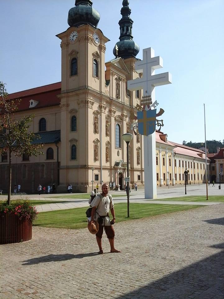 Karel in procinto di partire davanti alla basilica basilica dell'Assunzione e dei SS. Cirilo e Metodio nel monastero di Velehrad (Foto: http://sagy.vikingove.cz/)
