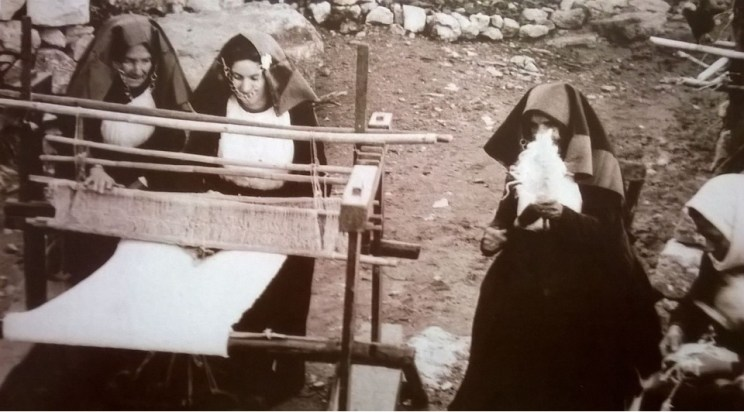 Tessitura domestica in Sardegna, 1940 (Foto dal volume Tessuti, Ilisso ed.)