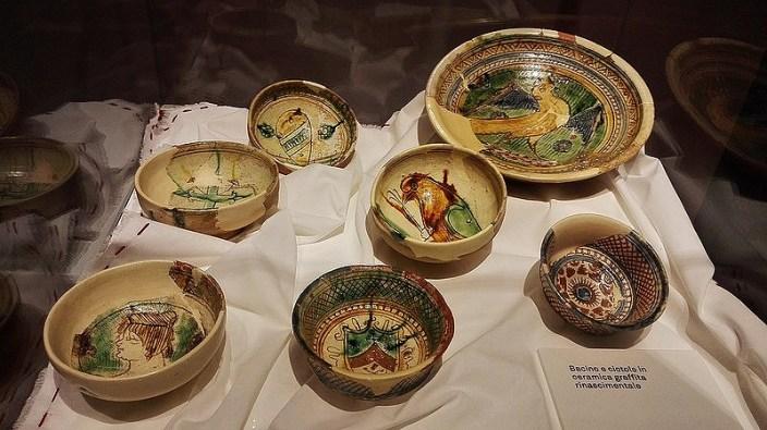 """Ceramica rinascimentale esposta nella mostra """" Mense e Banchetti nella Udine Rinascimentale"""" (Foto: lamagiafuoridallaporta.blogspot.it/)"""