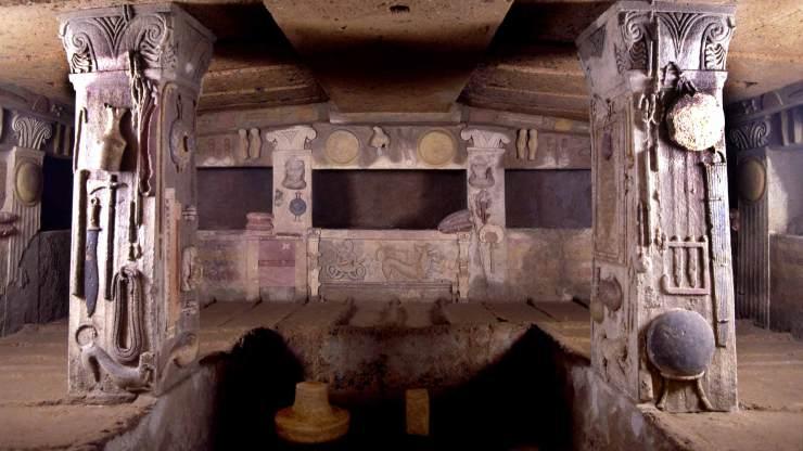 Interno di tomba estrusca nella neropoli della Banditaccia a Cerveteri (IV sec. a.C.) Sulle pareti e colonne raffigurati , a colori, numerosi utensili da lavoro e per la cucina (Foto: Soprintendenza per i Beni Archeologici del Lazio e dell'Etruria meridionale)