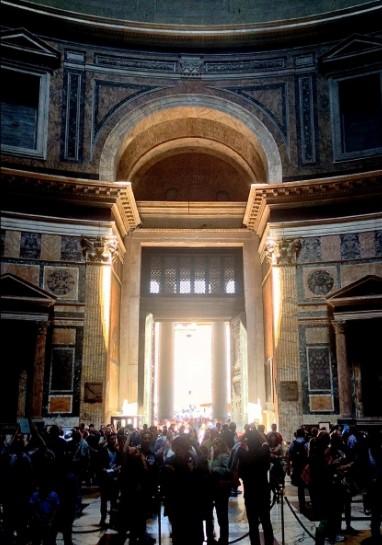 Ingresso del Pantheon illuminato alle ore 12 del 21 aprile (Foto: M. De Franceschini)