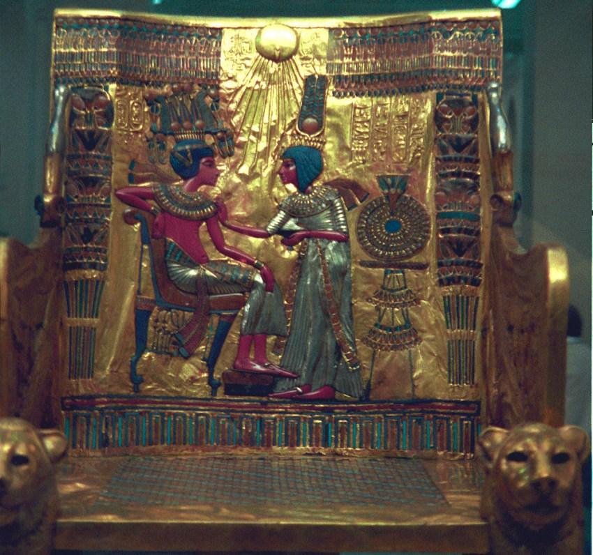 La regina Ankhesenamon e suo marito-fratellastro Tutankhamon in una scena d'intimità famigliare sullo schienale del trono rivenuto nella Tomba di Tutankhamon, conservato al Museo egizio del Cairo. Gli abiti del re e della regina sono in argento, mentre i corpi sono stati resi con intarsi di pasta vitrea rossa e le acconciature e i copricapi tramite faience blu; lo sfondo è in oro.