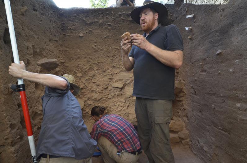 Il direttore di scavo Chris Clarkson esamina uno strumento in pietra. (Foto: GUNDJEIHMI ABORIGINAL CORPORATION 2015)