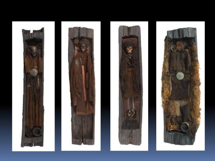 Da sinistra: Borum Eshøj: tomba femminile, di giovane uomo e di uomo adulto tomba della ragazza di Egtved