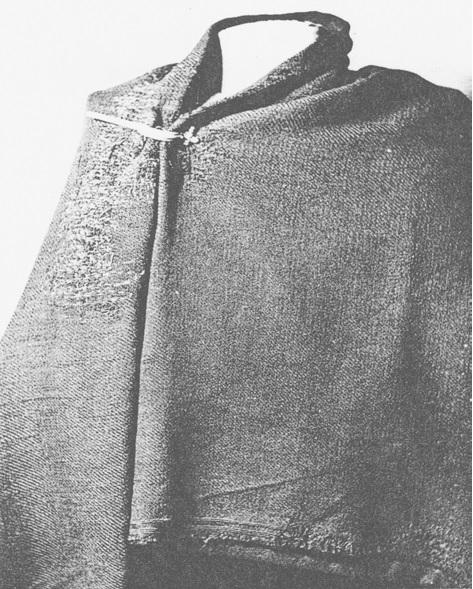 Mantello B da Hunteburg con chiari segni di ripetuti rammendi sulla spalla (Immagine da K. Schlabow)