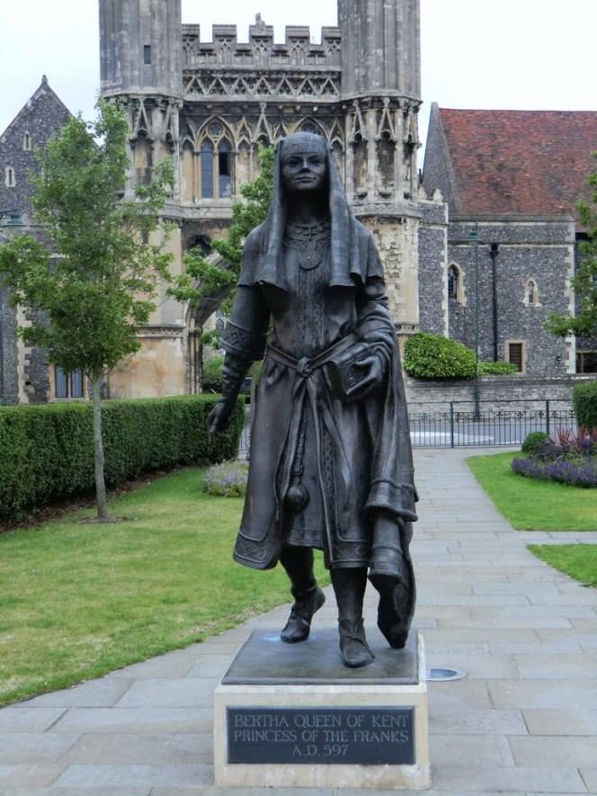 Statua della regina Berta del Kent (597-616) erettanel Giardino Lady Wootton a Canterbury