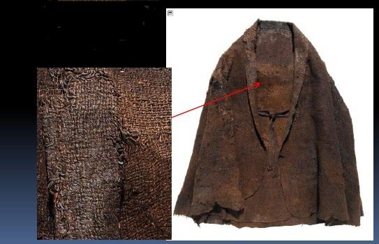 Mantello dell'uomo di Trindhøj con evidente rammendo