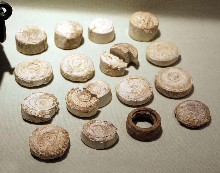Pedine da gioco in osso provenienti dalla necropoli Gallo e conservate al MAN di Cividale del Friuli