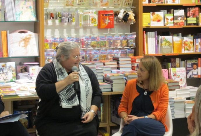 Le due autrici durante la presentazione di un loro libro