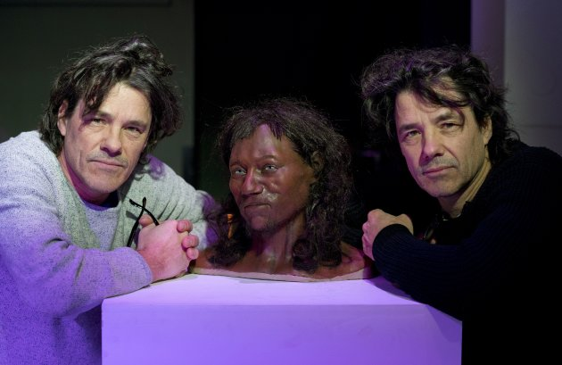 """I """"paleo artisti"""" che si sono occupati della ricostruzione sono i gemelli Alfons e Adrie Kennis. È eccitante essere riusciti a realizzare un uomo più carino dei soliti uomini di Neanderthal con cui lavoriamo"""" ha detto Alfons. """"Con le informazioni tratte dal DNA siamo riusciti a fare qualcosa di rivoluzionario, definendo non solo la forma, ma anche i colori della pelle. Cosa che non avevamo possibilità di conoscere prima."""" (Foto: JUSTIN TALLIS/AFP/Getty Images)"""