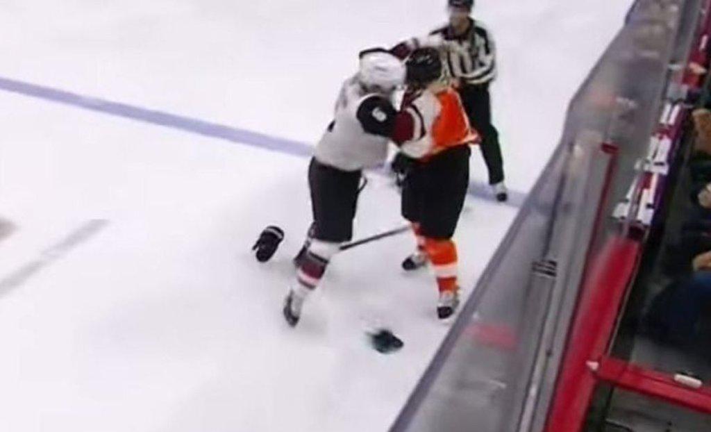 La magie de la NHL : un but et une baston au même moment