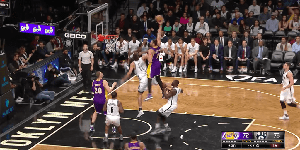 Larry Nance Jr a sali l'honneur de Brook Lopez