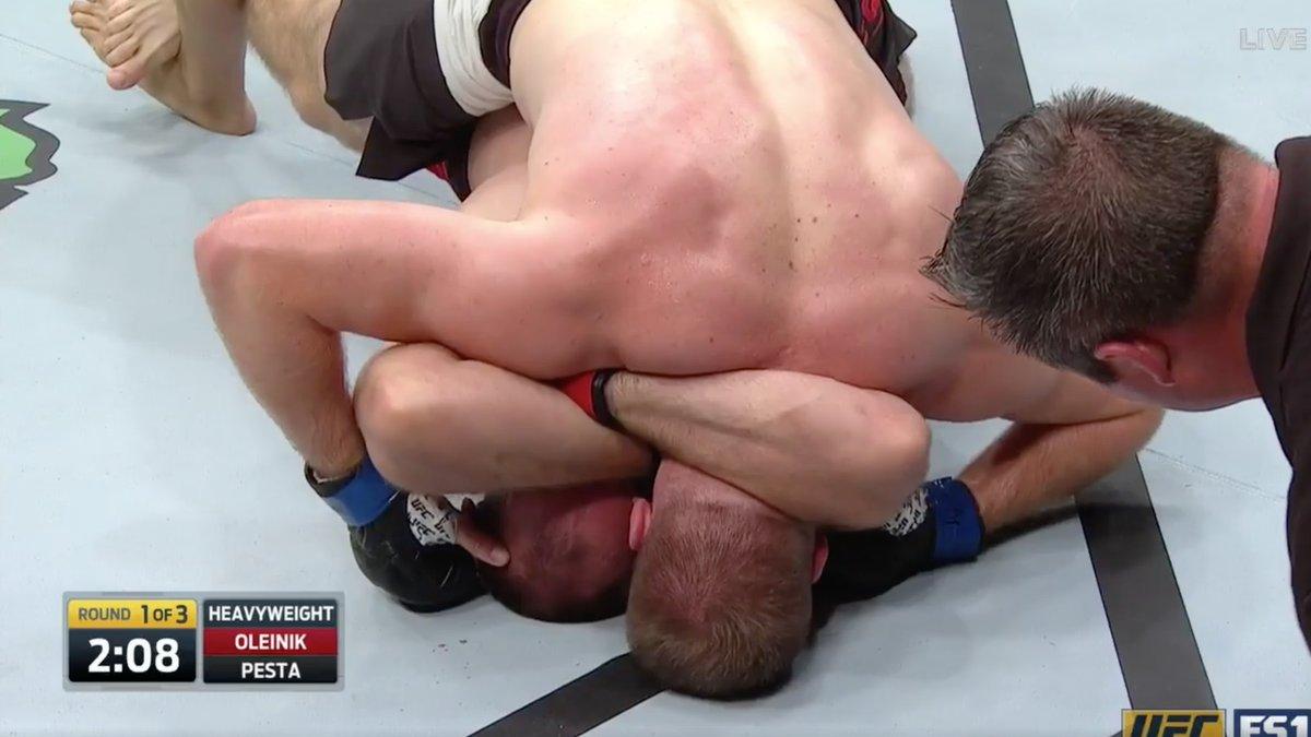 UFC Fight Night 103 - Oleksiy Oliynyk réussit la première Ezekiel choke de l'histoire de l'UFC