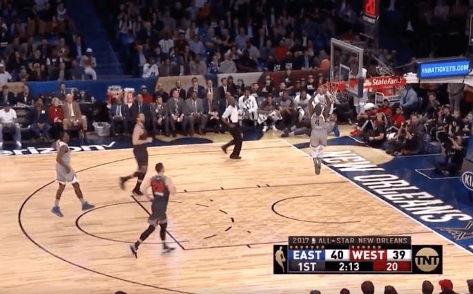 Isaiah Thomas tente le dunk, se plante et marque à trois points