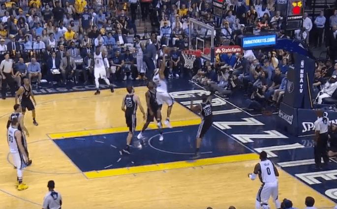 Le dunk de Vince Carter lors de la victoire des Grizzlies contre les Spurs