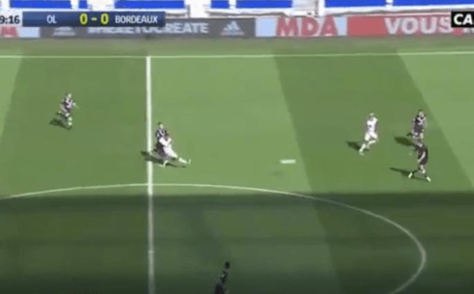 Nabil Fékir marque un but de la ligne médiane contre Bordeaux