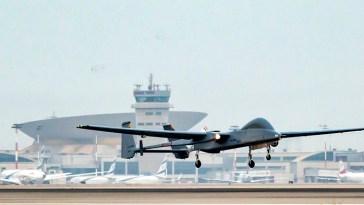 UAV que aterriza en un aeropuerto internacional