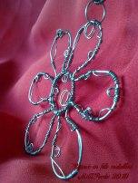 Collana in metallo con fiore