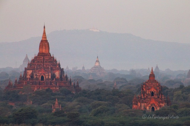 Myanmar balloning over Bagan al mattino