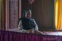 Borneo, donna Iban che suona