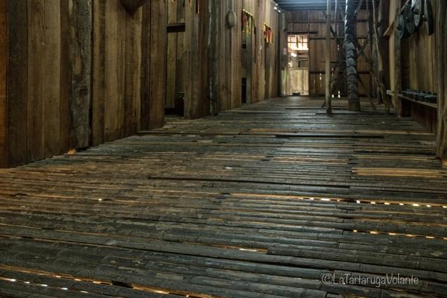 Borneo, lunghi corridoi di Iban longhouse