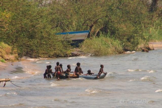 Malawi, bambini giocano sul lago